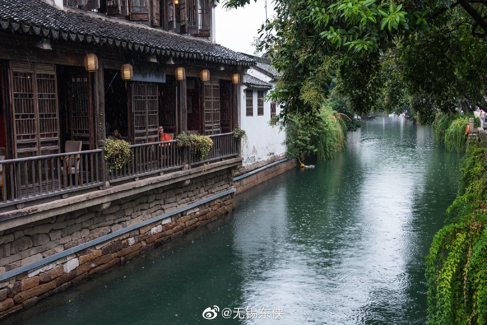 遇见平江路,在秋风秋雨中。脚下的青石板,身边的白墙黛瓦