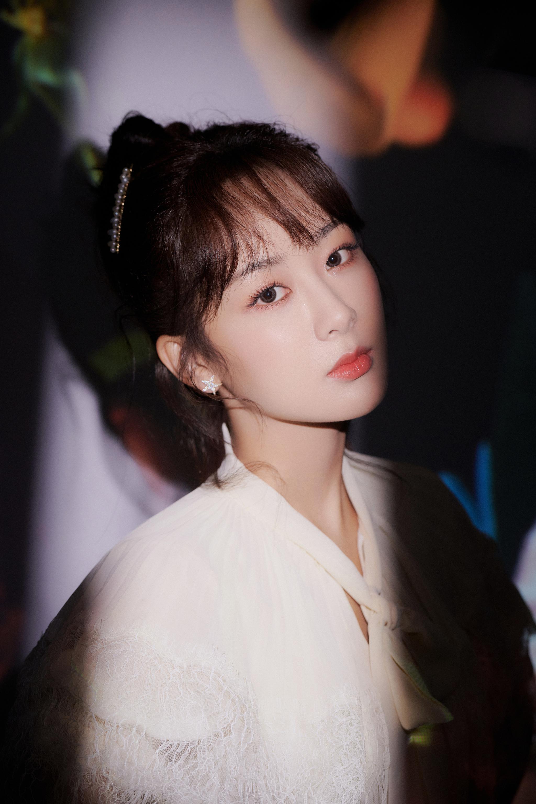 @杨紫 出席品牌代言活动,白色连衣裙置身花样光晕