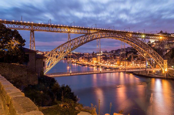 路易一世大桥是波尔图的地标性建筑之一,横跨杜罗河