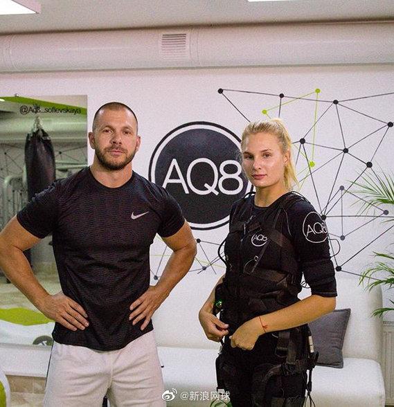雅斯特雷姆斯卡进入健身房锻炼