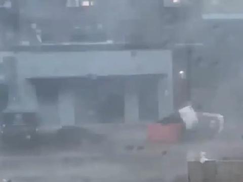 美国宾夕法尼亚州。一名建筑工人在上厕所时,外边狂风暴雨大作