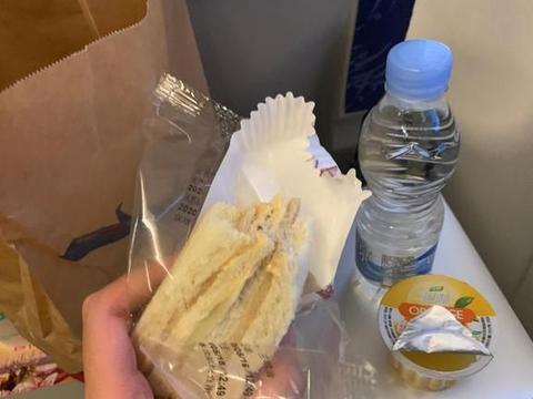 飞机餐悄然缩水,连饮料都没有,瘦身的飞机餐你能接受吗?
