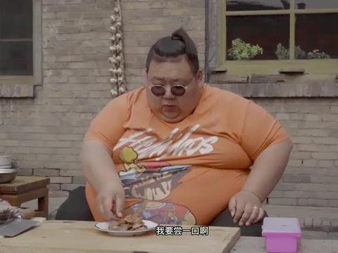 小胖想吃烧烤,用炒锅自制香煎五花肉,肉香四溢比烤肉还香