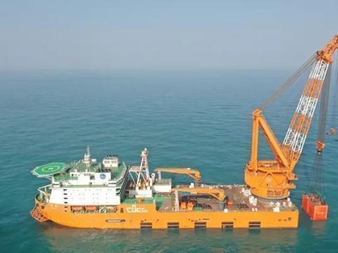 我国制造世界最大起重船,排水量超两艘辽宁号,能吊起重型驱逐舰