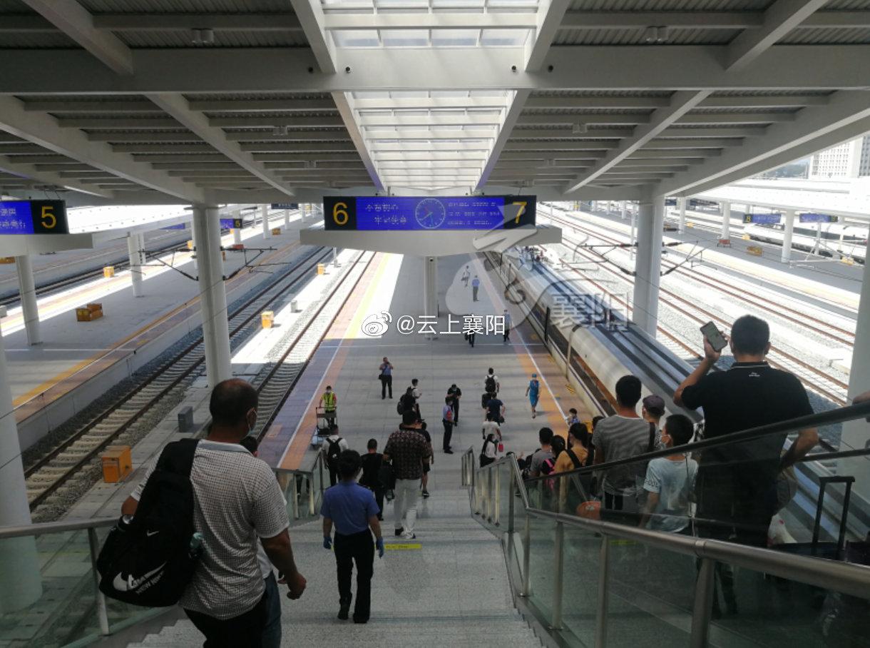 昨天,襄阳直达青岛北的首趟高铁开通。首次开通的这趟G3222次列车