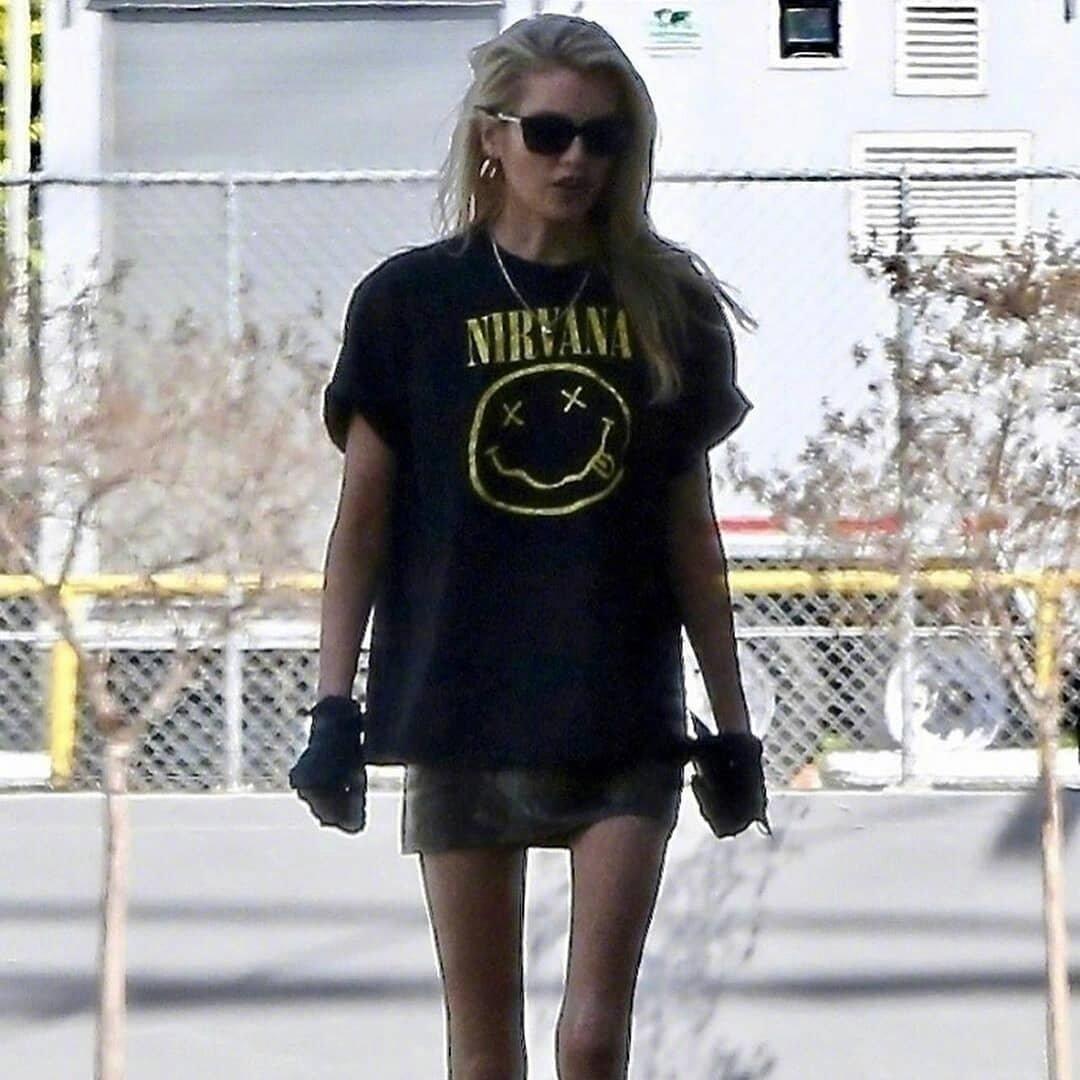 近日,Stella Maxwell 在洛杉矶外出的街拍。戴上了塑胶手套