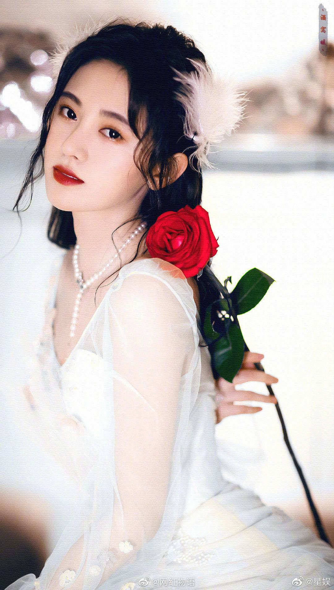 鞠婧祎和网红七七同款复古婚纱造型,爱豆和网红这次有壁么