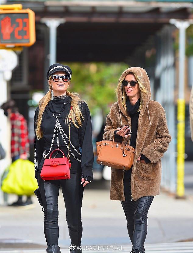 帕丽斯·希尔顿与妹妹妮基希尔顿一起相约在曼哈顿街头逛街