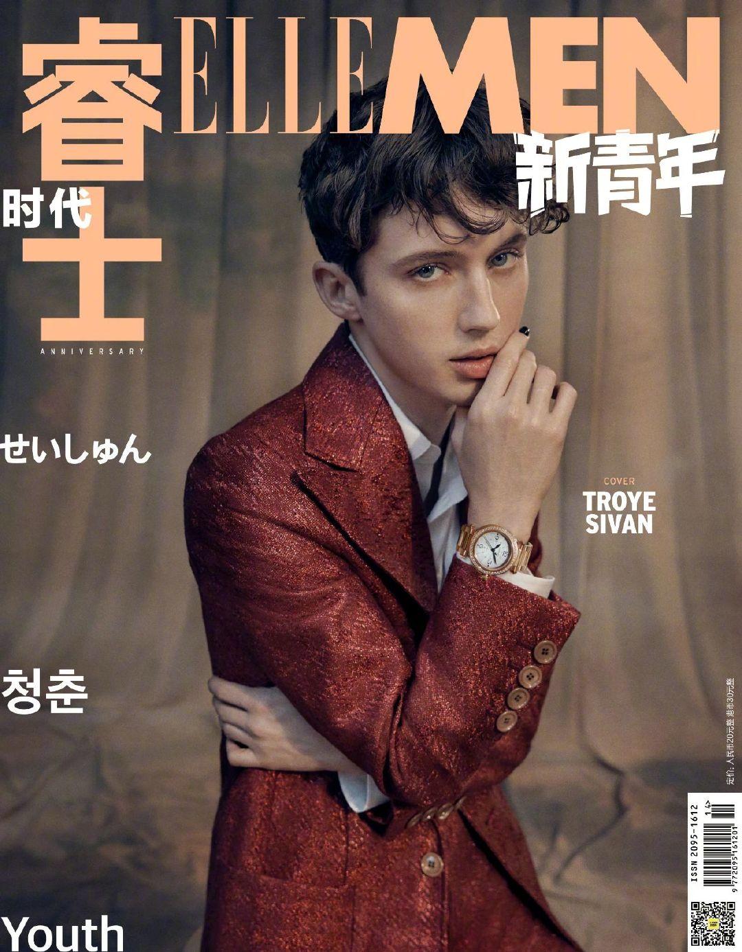 Troye Sivan身着Gucci红色暗纹西服套装和白色衬衣、佩戴Cartier腕表