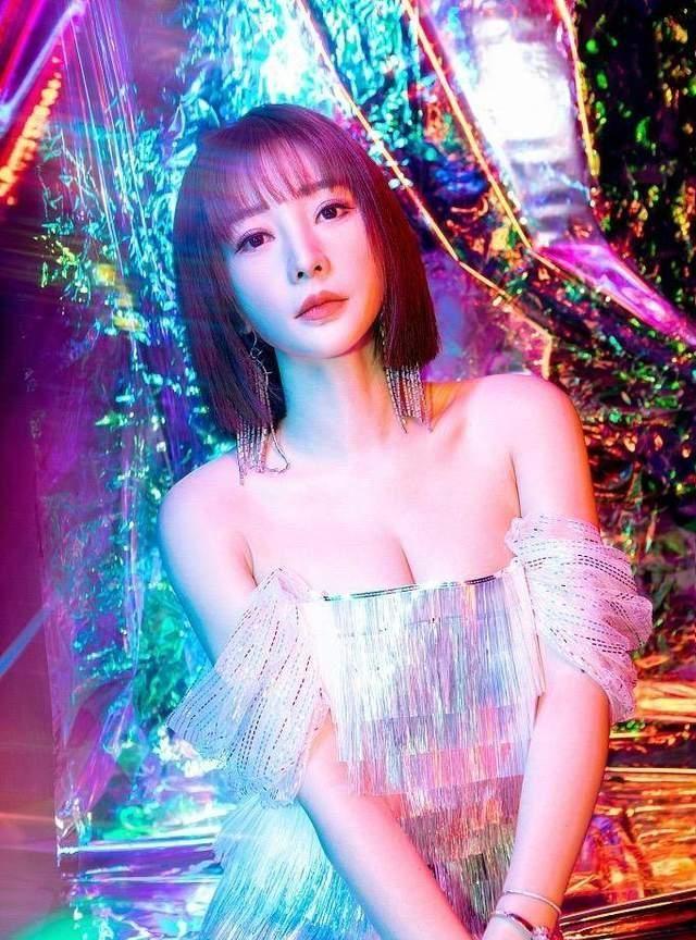 女星双11造型争艳:柳岩秀性感,李沁扮清纯,黄圣依开叉裙最撩人