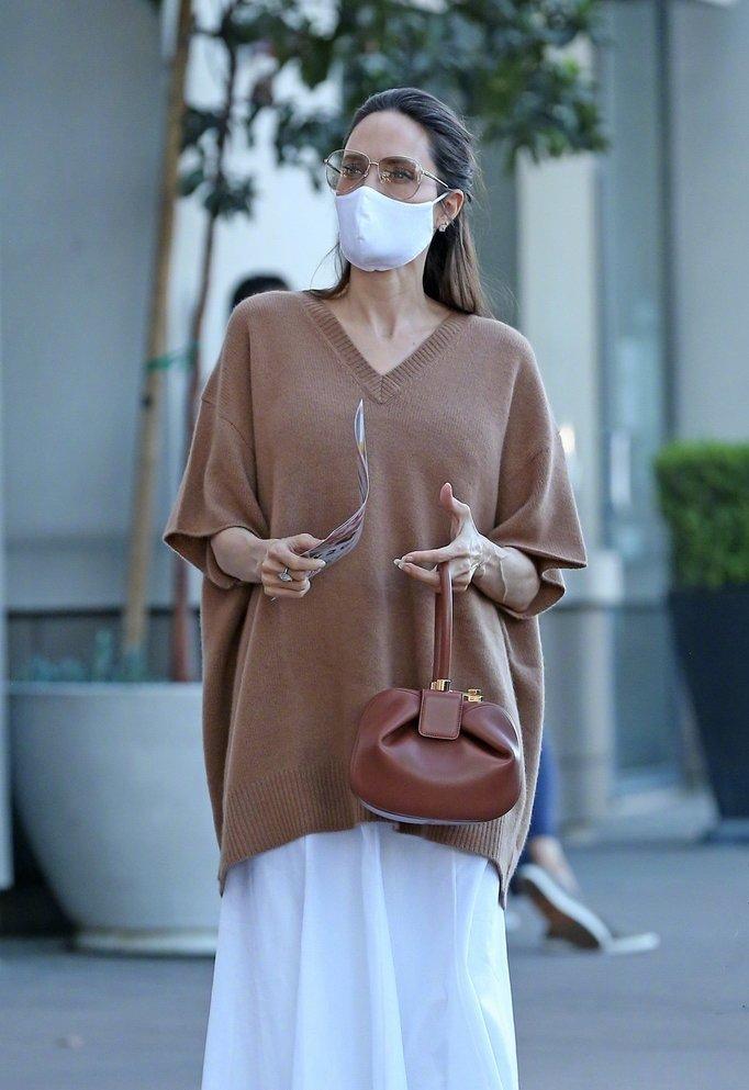 当地时间8月1日,安吉丽娜·朱莉 身穿羊绒衫,手拎Gabriela 包