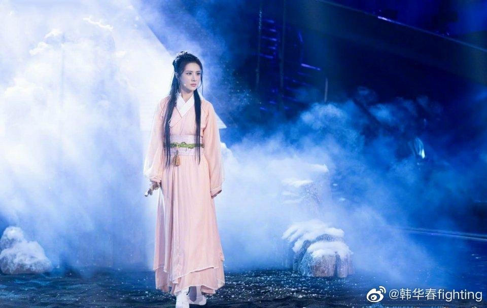 薇娅与姜潮节目中合唱经典曲目,古装造型尽显优雅气质
