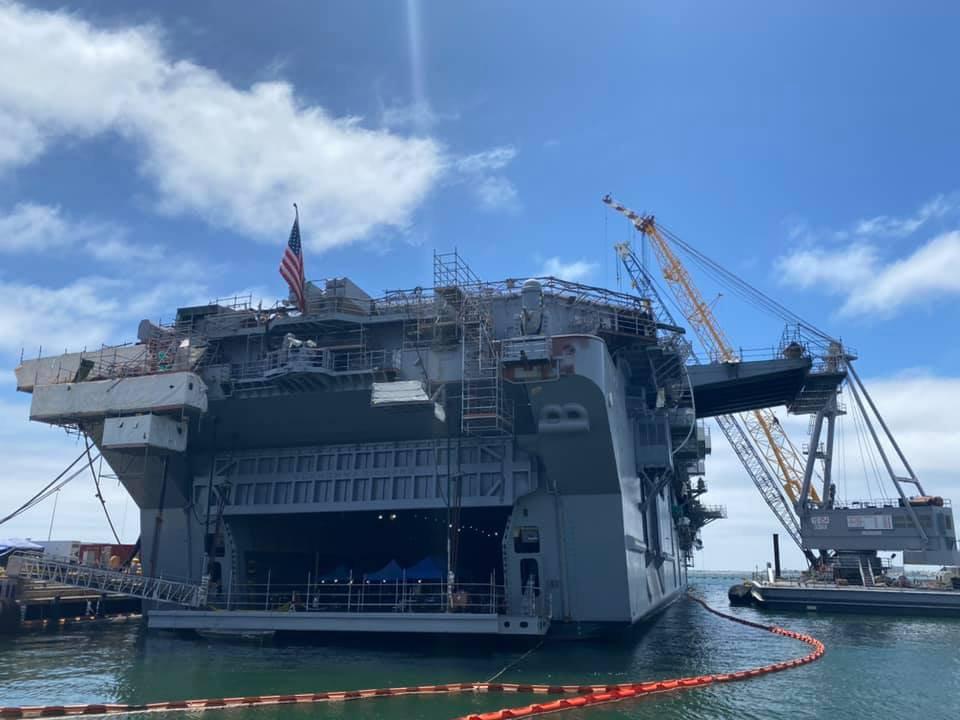 火灾后的好人理查德号 USS Bonhomme Richard (LHD 6)