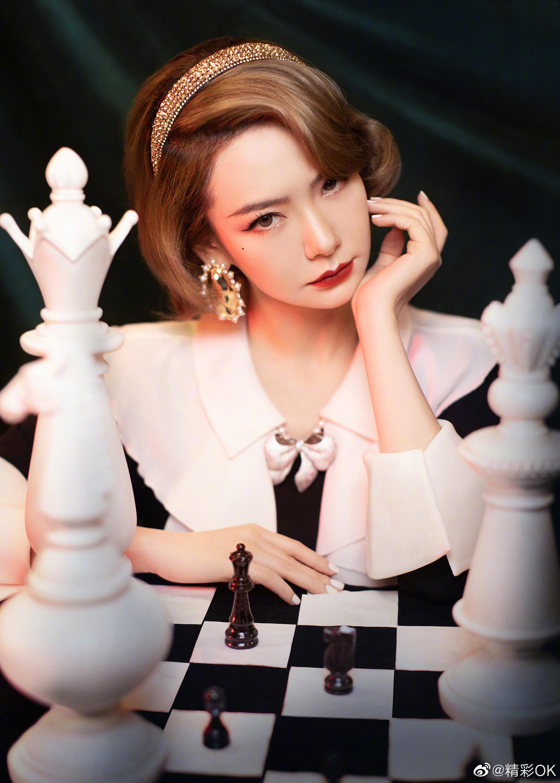 最新造型上线,身穿经典黑白配色连衣裙复古优雅,于黑白棋盘之前