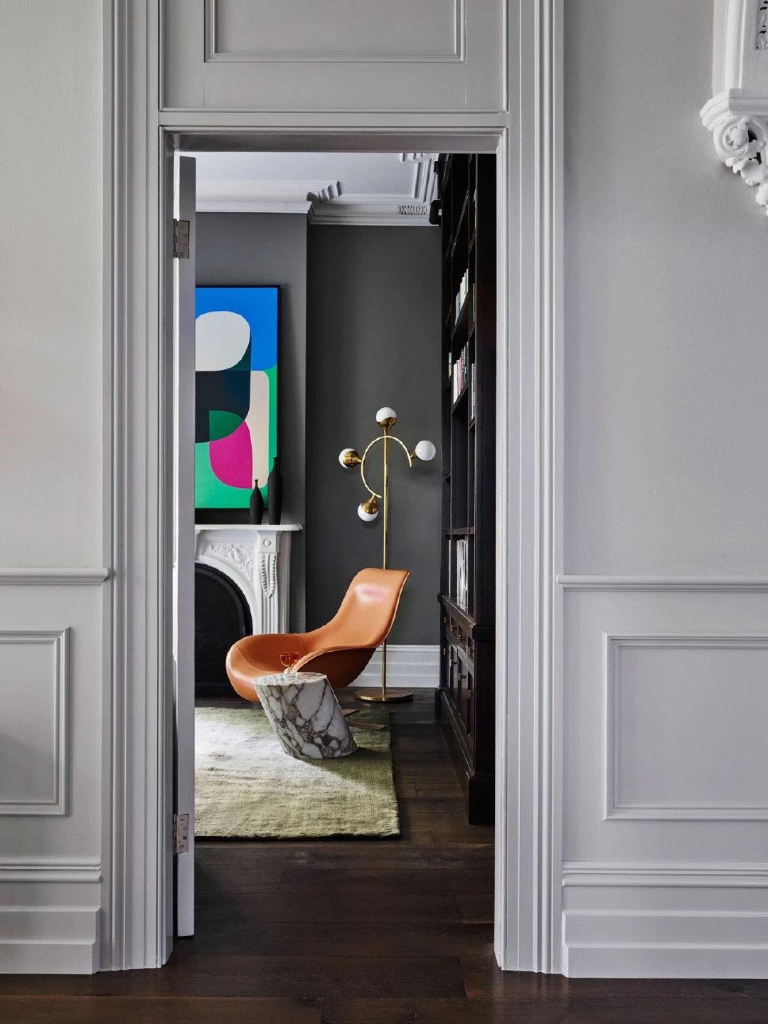 古典主义的框架下融入了大量色彩和艺术品