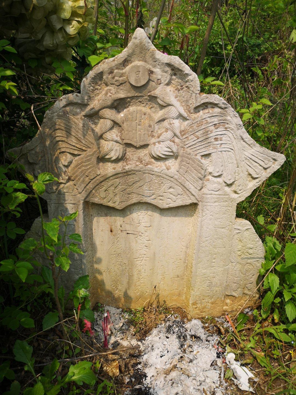 以前听我妈说镇上村里的祖坟山上有乾隆的碑,我一直不信