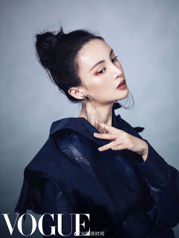 @金晨 释出一组新大片,身着皮革紧身衣造型,点缀各式精致耳饰