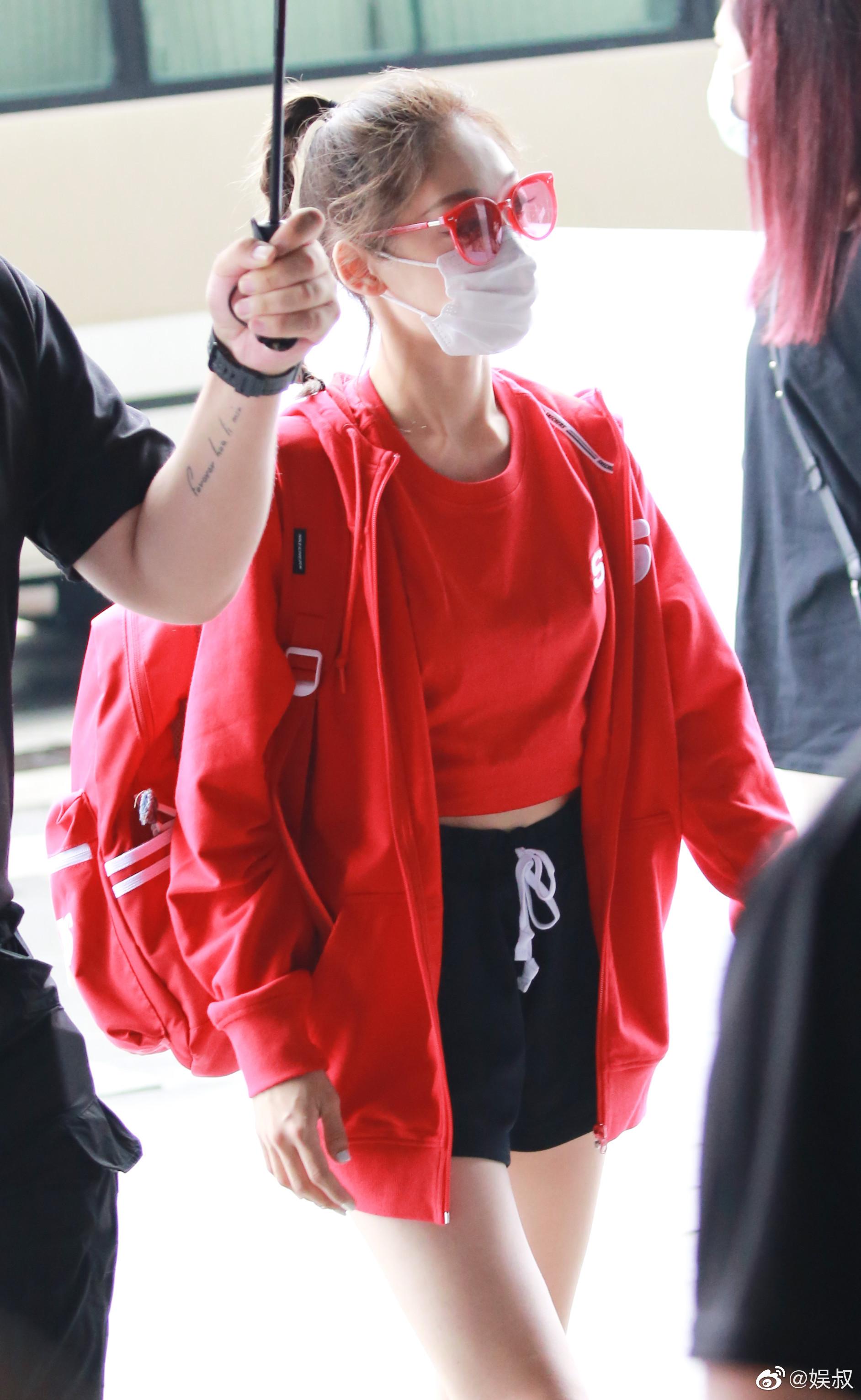 硬糖少女303开工第一天路透图来啦!身着红色运动服