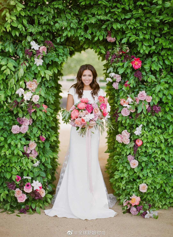 好美啊,一字领风格的婚纱.,这个样子真好看