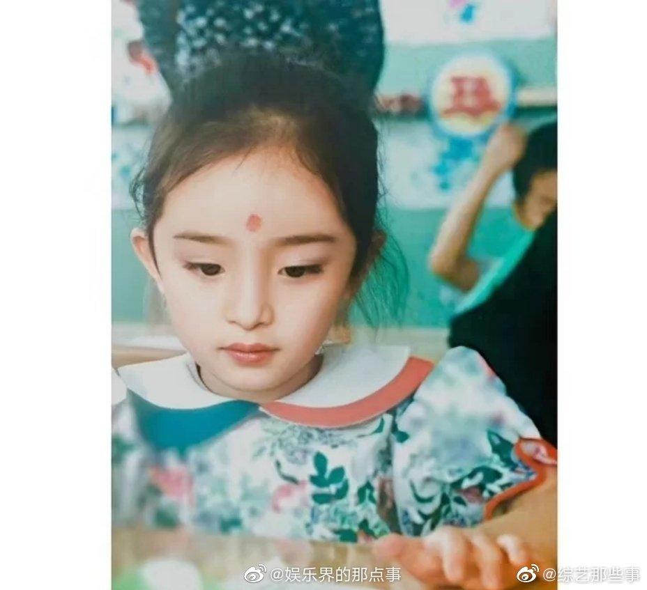 杨幂小时候也太可爱了吧!五官精致、古灵精怪,跟个洋娃娃似的