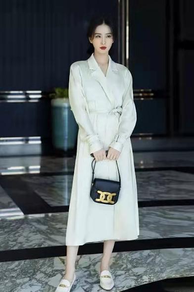 刘诗诗代言升级!新广告穿黑西装变大佬,力压安妮海瑟薇太有排面