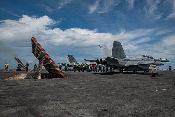 """7月27日,菲律宾海,""""里根""""航母打击群在此巡航"""