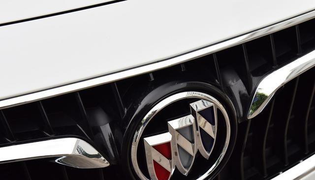 别克新车油耗5.3L,标配6AT+双独悬,颜值媲美宝马1系,11.99万起