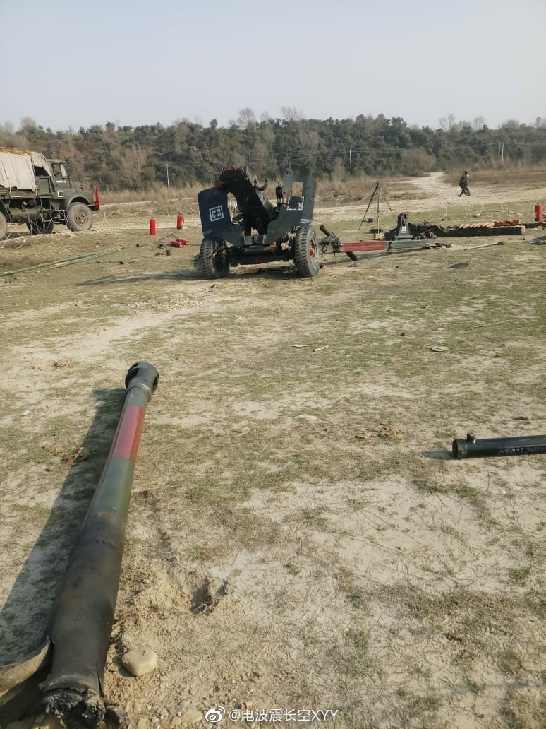 印军装备的IFG型105mm榴弹炮发生炸膛后的景象
