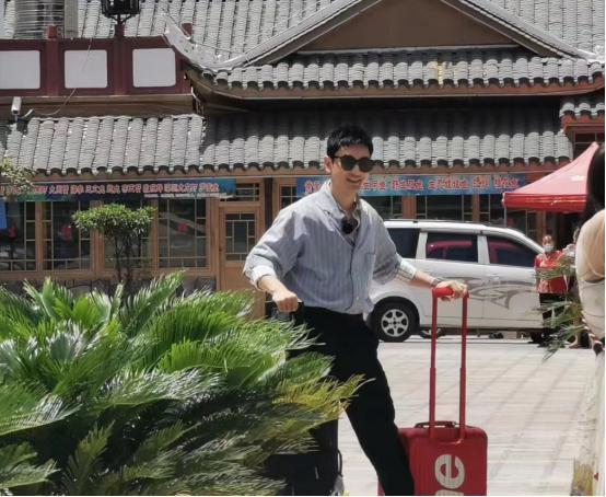 《中餐厅4》黄晓明腿竟和赵丽颖一样长!张亮一脸憔悴又累懵圈了