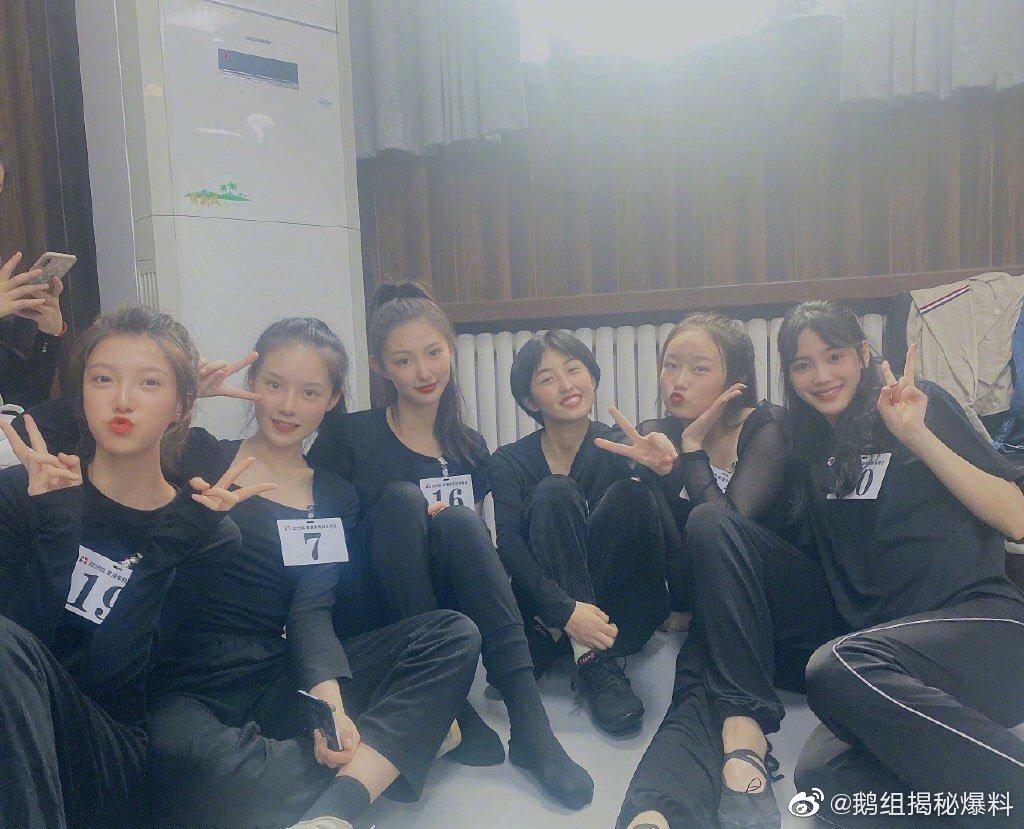 张子枫参加北京电影学院,表演专业入学考试的现场合影曝光