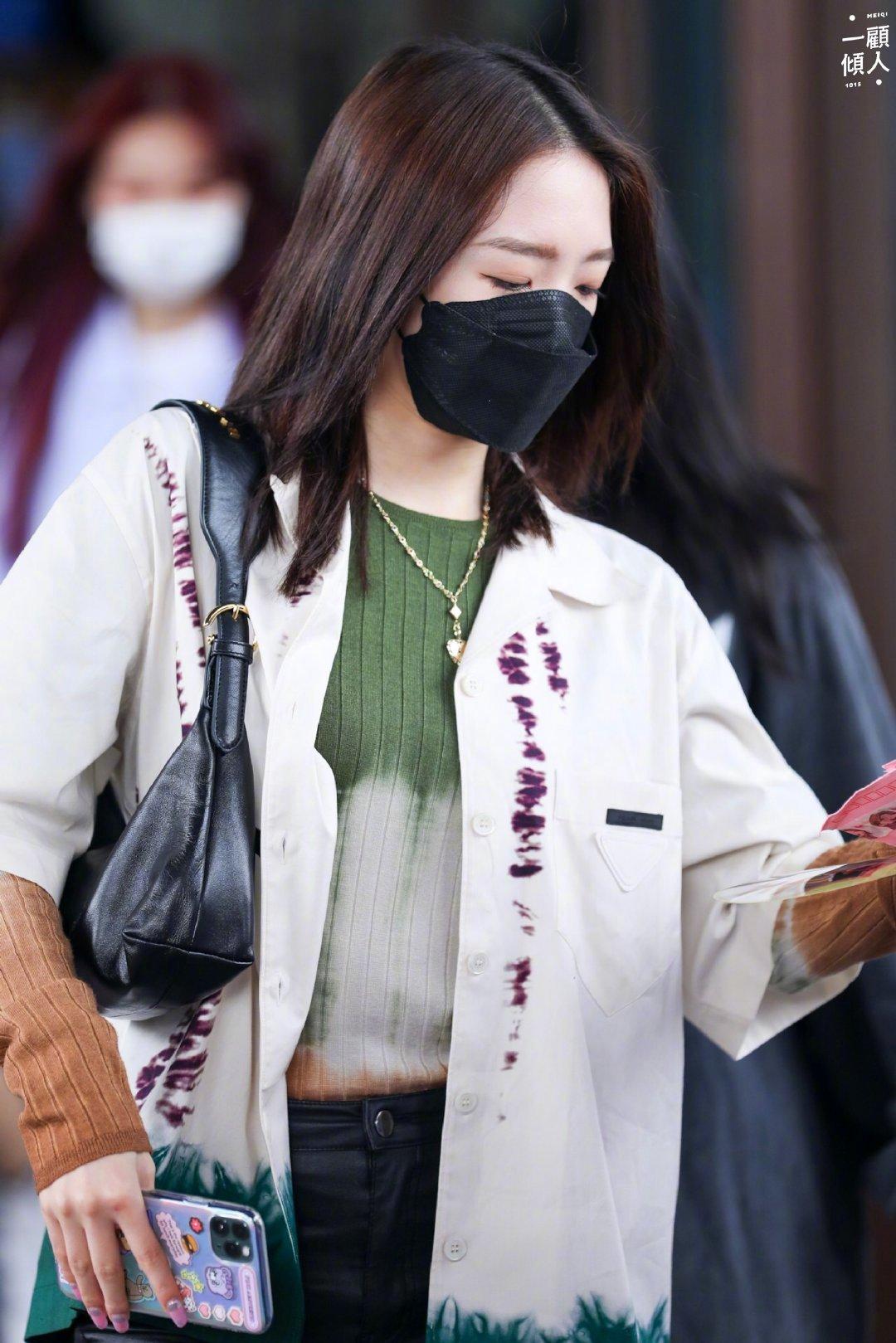 孟美岐|一则私服分享✨扎染棉府绸衬衫搭配黑色皮质手袋