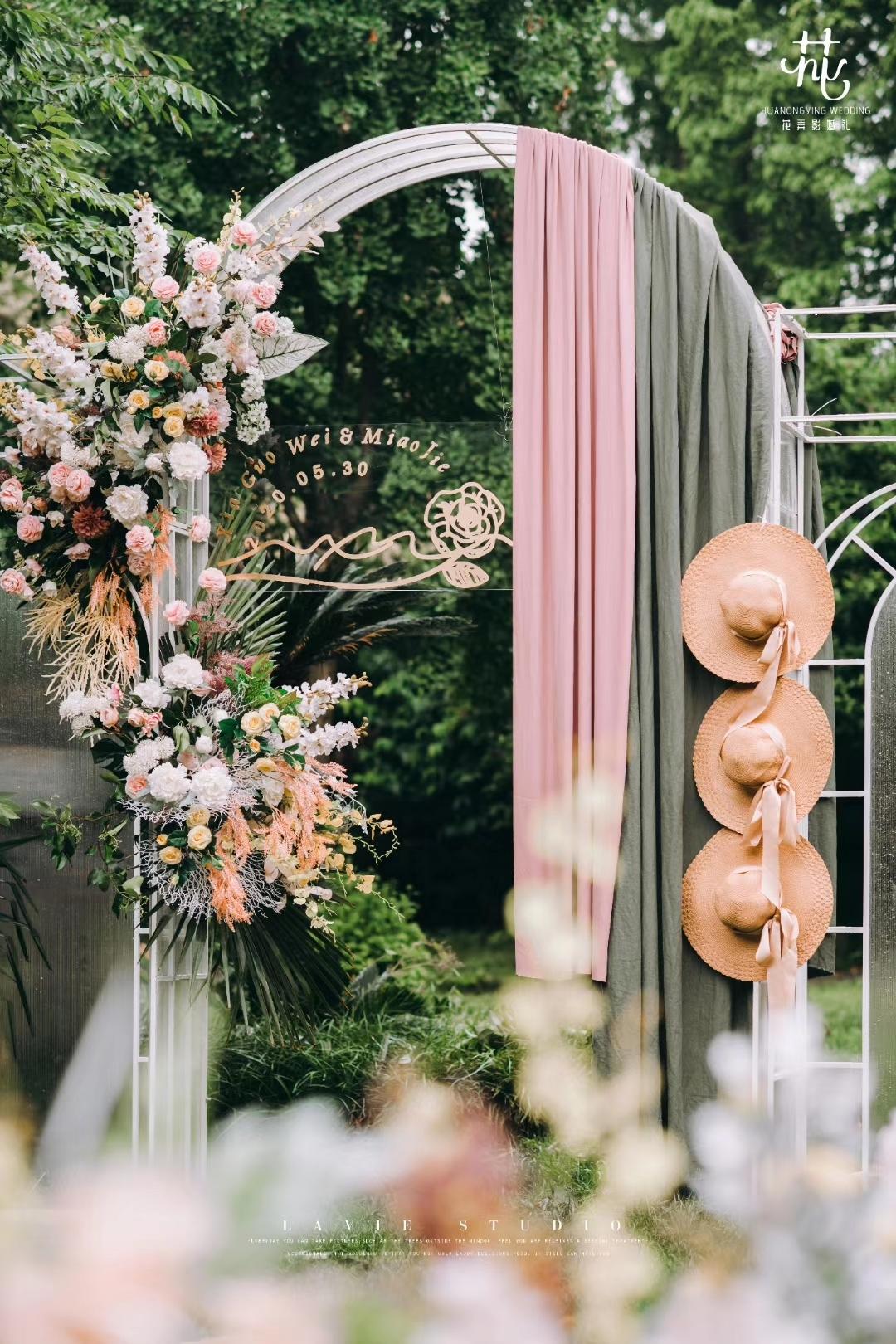 烟粉色+薄荷绿的搭配,草帽、小推车是法国田园风的元素