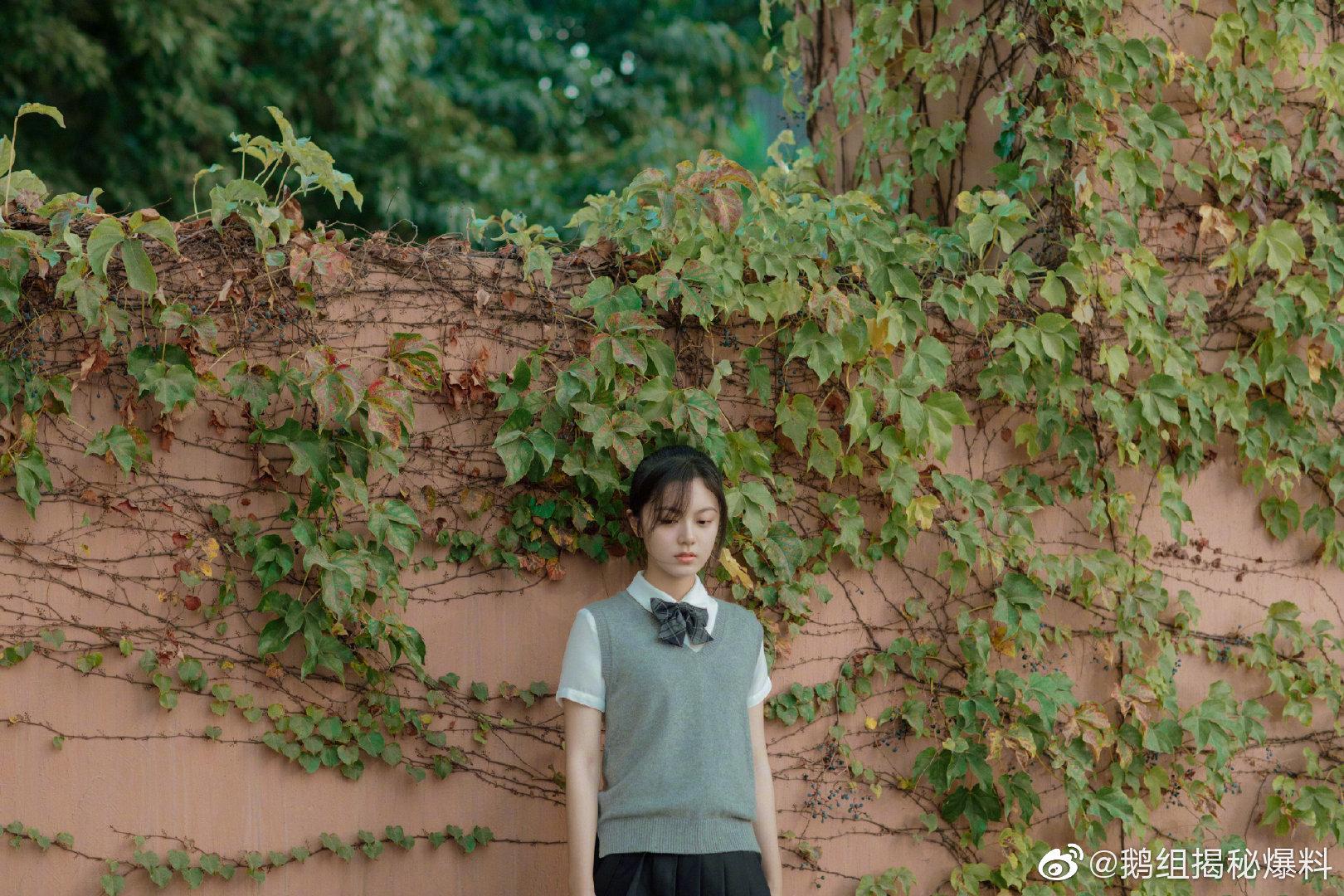 @赵今麦angel 毕业写真来啦,写真中赵今麦身穿白衬衫百褶裙