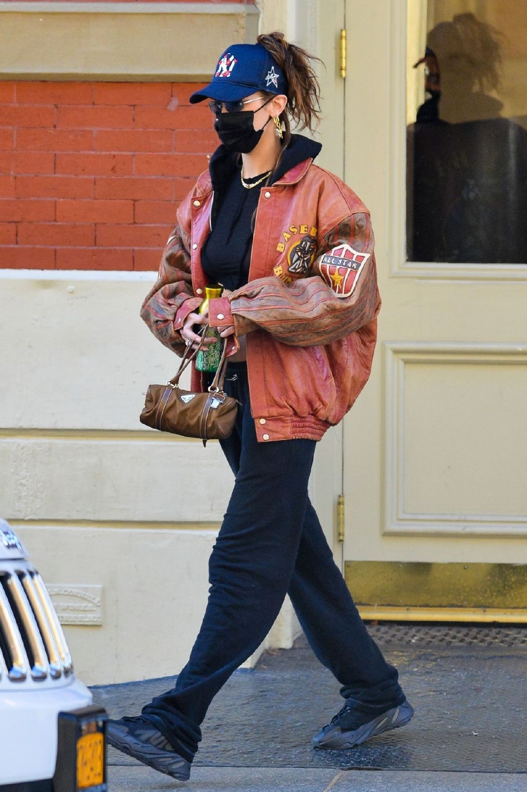 贝拉·哈迪德(Bella Hadid)穿着露脐内衣-纽约市11/20/2020