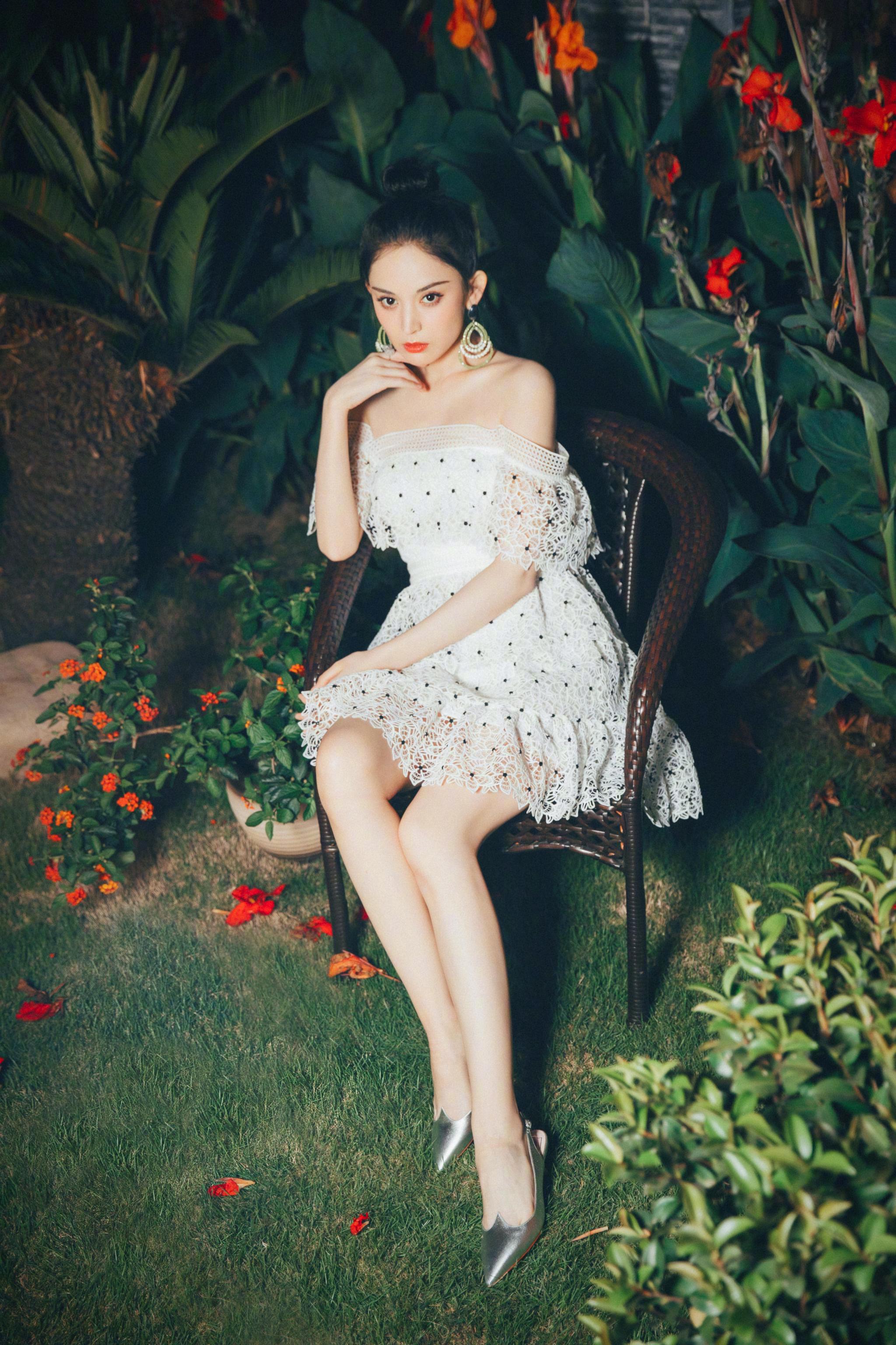 最新私服写真。身穿的是Self-Portrait白色波点一字肩连衣裙