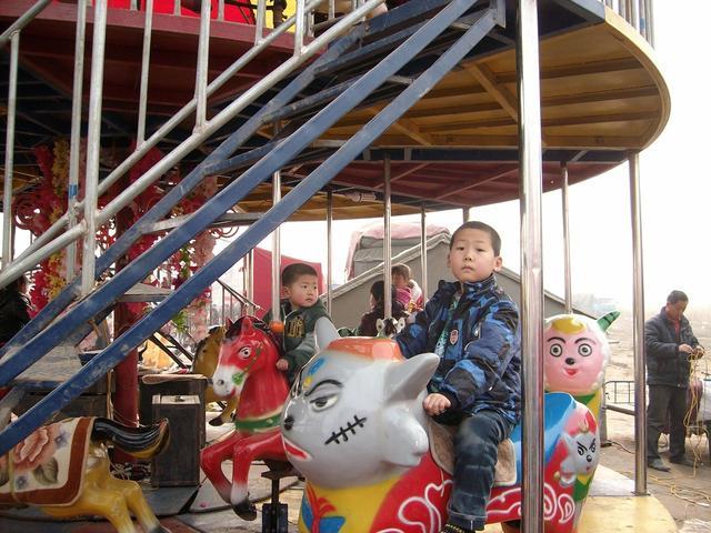 熊孩子在小区游乐场里称王称霸,妈妈也不管反而护短,结局很酸爽