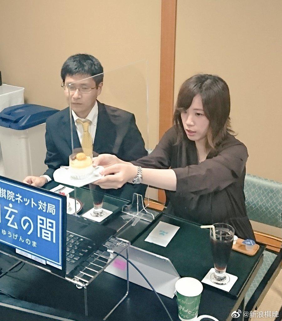 日本本因坊战七番棋第4局第2日,直播讲解室也在享用下午茶