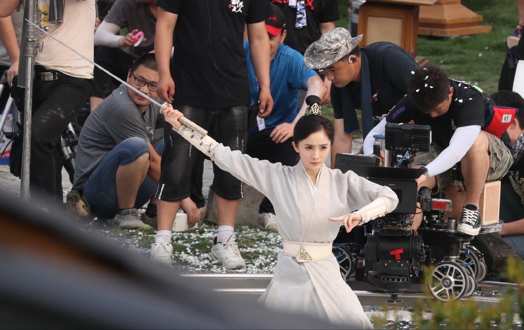 正在横店热拍的古装大剧《斛珠夫人》曝光一组杨幂舞剑的清晰路透图
