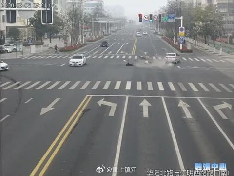 命悬一线!句容女子骑车无视交通信号灯,闯红灯抢行被撞飞