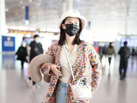 乔欣机场照流出,穿印花针织衫配牛仔裤,简约清爽引领时尚潮流