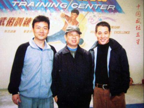 他是李连杰的大师兄,演黄飞鸿出名,48岁去世后两任妻子争家产
