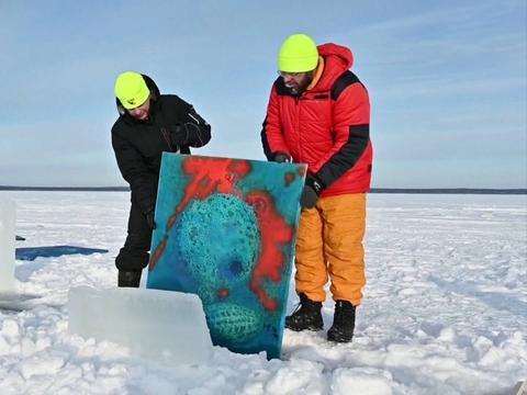 61秒|俄罗斯举办冰下艺术展 想看展必须穿戴潜水设备下海