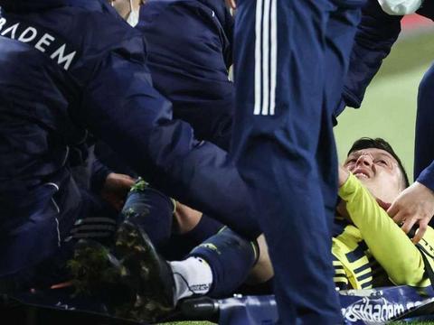 前阿森纳球星厄齐尔在与费内巴切比赛中受伤