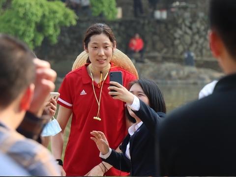 中国女排畅游云水谣,34岁大姐大奥运冠军迎接伴游