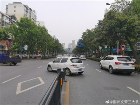 @荆州市民,荆州城区这段路的中心护栏进行开口调整了……