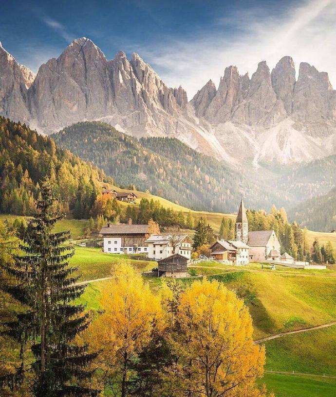 意大利多洛米蒂盖斯勒自然公园,宛如油画里的田园美景。