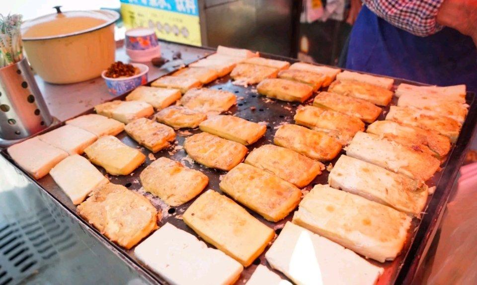 恋爱豆腐果,是贵阳的风味小吃!把豆腐切成长方形的形状