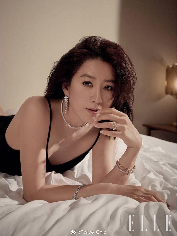 金喜爱 x ELLE 韩版6月刊内页 | 小烟熏的冷冽,纯白套装的利落