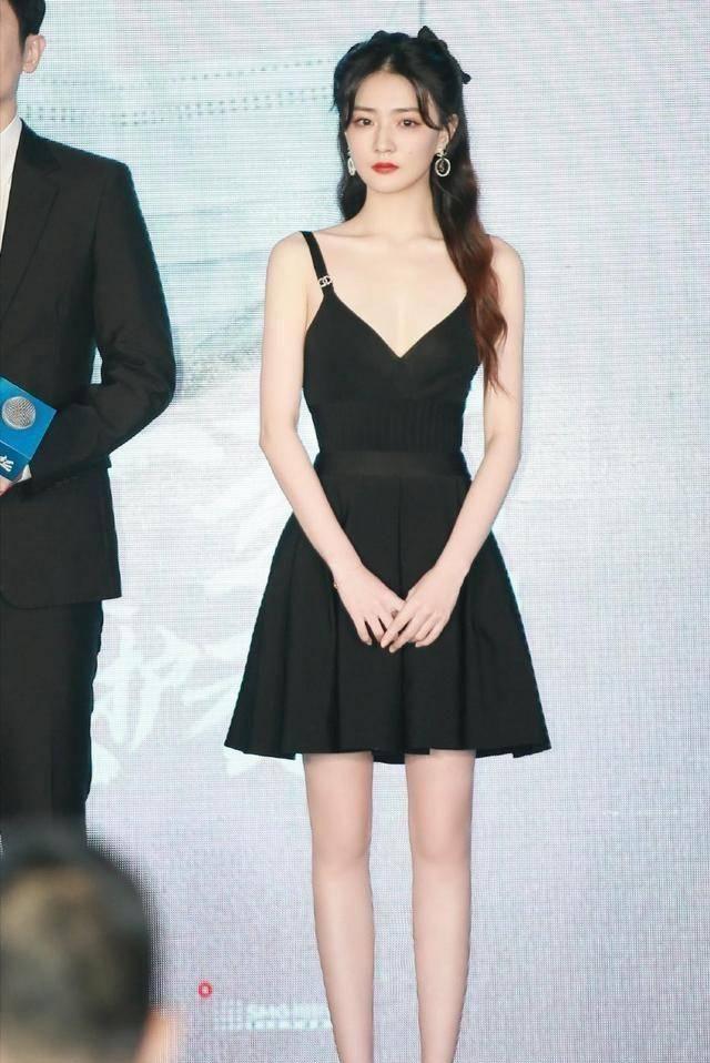 徐璐瘦得有点夸张,穿小黑裙大小腿细成一条线,P图都没这么优秀
