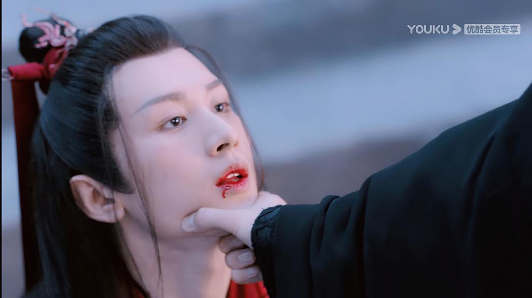 《琉璃》放大看发现李欣泽怕捏疼成毅,是半托着下巴抬起来的